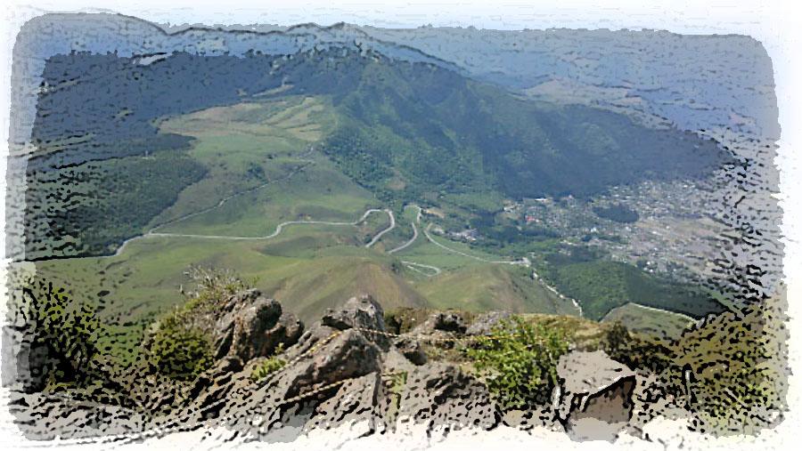 由布岳山頂から湯布院へ通じるやまなみハイウェイを望む